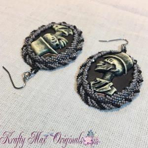 skull-with-top-hat-handmade-beadwoven-earrings-1